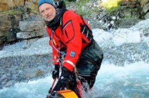 Her kjemper jeg et sted i Finnmark for å lande kajakken på min 3000 km solo padle-ekspedisjon fra Sverige til den russiske grensen.